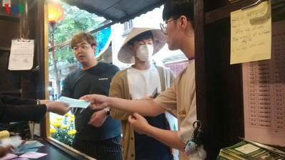 Hội An offers free medical masks to tourists to combat novel coronavirus